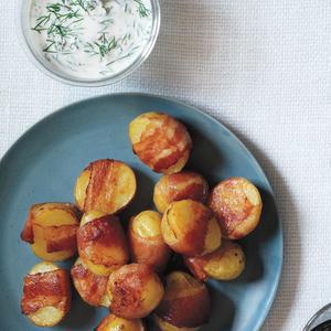 Cartofi înveliți în bacon cu sos cremos de mărar