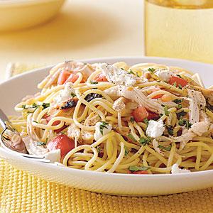Spaghete cu pui și sos proaspăt de roșii
